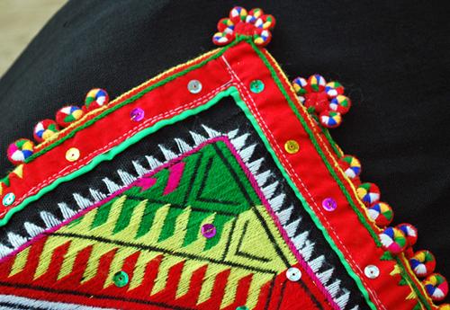 Khăn piêu chỉ được thêu ở hai đầu khăn với 3 loại hoa văn chính là cút piêu, sai peng và tà leo. Ảnh: toithichdoc.