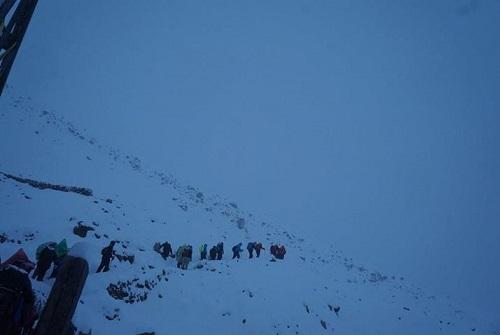 48h song sot qua bao tuyet cua co gai Viet tren day Himalaya