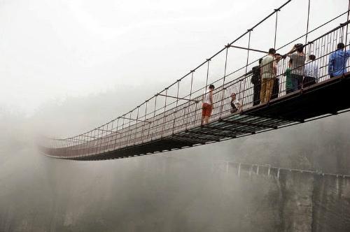 glass skywalk 3 2 1518 1413788131 Đi bộ xuyên núi bằng cầu thủy tinh ở Trung Quốc