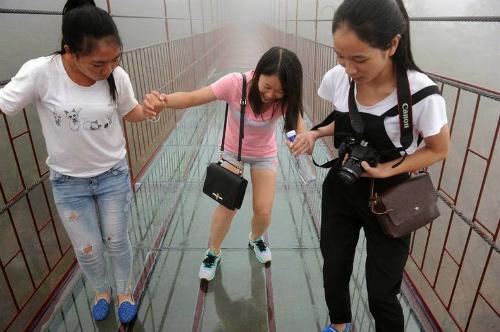 glass skywalk 7 6 1645 1413788131 Đi bộ xuyên núi bằng cầu thủy tinh ở Trung Quốc