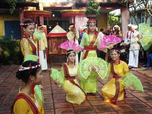 Những điệu múa truyền thống được thiếu nữ Chăm mang đến cho người xem đầy sức mê hoặc. Ảnh: Văn Trãi