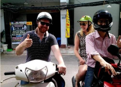 Dù rất thích thú với việc lái xe máy, nhiều du khách phương Tây chỉ dám đội mũ bảo hiểm và ngồi yên sau. Ảnh: Tripadvisor