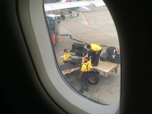 Lý do mở màn cửa sổ khi máy bay cất và hạ cánh