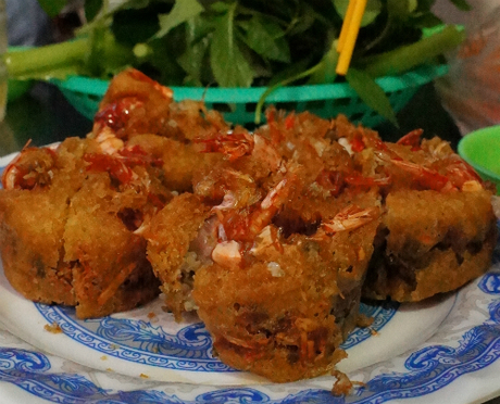 Tinh hoa ẩm thực Khmer gói ghém trong chiếc bánh cóng.