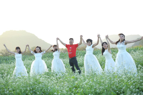 Những cánh đồng hoa cải trắng Mộc Châu là địa điểm chụp ảnh đẹp lý tưởng của nhiều bạn trẻ. Ảnh: PYS.