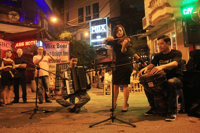 Đêm Hà Nội gần gũi trên tuyến phố đi bộ