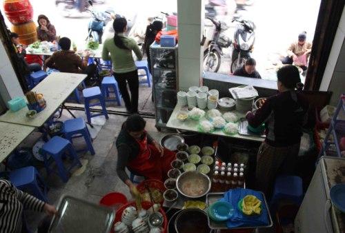 Không gian quán hạn hẹp là điểm trừ ở Bún chả Đắc Kim trên phố Hàng Mành. Ảnh: The world tastes good