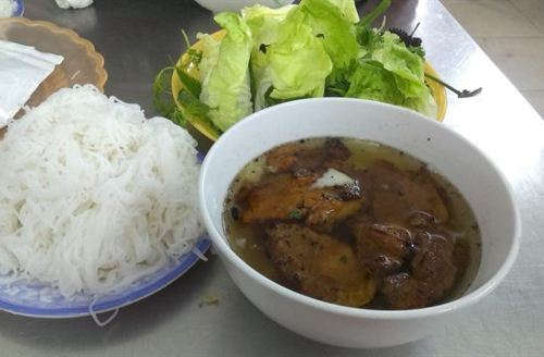Nước dùng ở Bún chả Hương Liên có độ ngọt vừa phải, nhẹ nhàng, thiên nhiều vị chua từ giấm. Ảnh: diadiemanuong.com