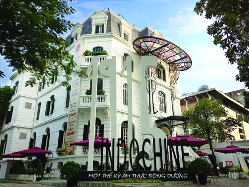 Biểu tượng logo của 1915 Indochine phía trước tòa nhà với lối kiến trúc độc đáo của Pháp những năm đầu thế kỷ XX. Nhà hàng mang trong mình hơi thở xứ kinh kỳ, mảnh đất của nền văn hóa ẩm thực thanh lịch mà tinh tế, cổ điển mà ấm cúng.