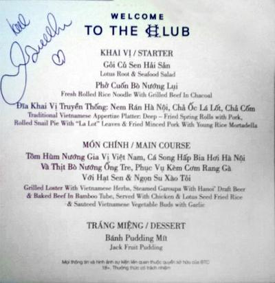 Thực đơn bữa tiệc mang đậm chất truyền thống đã được nhà hàng cẩn thận lựa chọn để đón tiếp David Beckham. Chữ ký nắn nót có hình trái tim của David Beckham trên thực đơn là minh chứng cho tình cảm mà anh dành cho món ăn Việt.