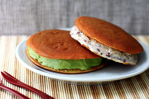 Bánh dorayaki hiện nay có nhiều loại nhân phong phú hơn với mức giá mỗi chiếc từ 15.000 đồng. Ảnh: flickr.