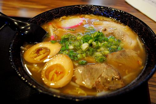 Cùng sushi, mỳ ramen là món được nhiều người yêu thích tại thủ đô. Ảnh: flickr.
