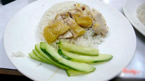 Đĩa cơm gà luộc tuy đơn giản nhưng hấp dẫn tại quán, thịt gà mềm dùng chấm kèm với nước mắm. Ảnh: Foody