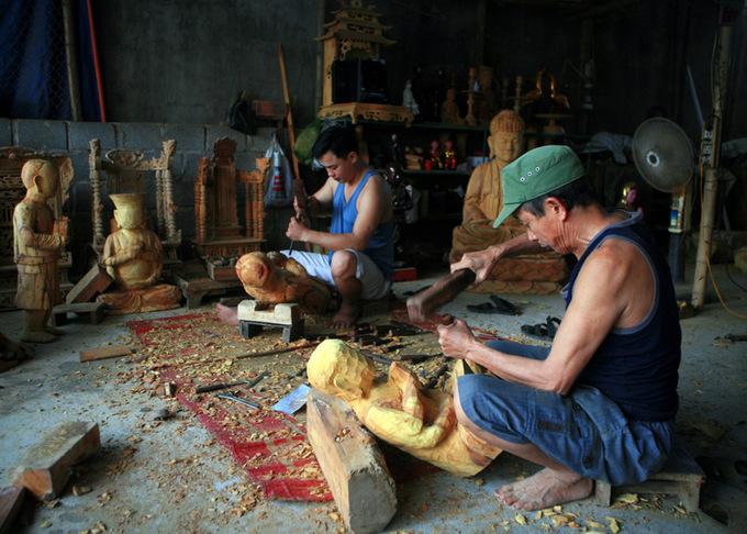 Bức tượng biết đứng lên ngồi xuống ở làng nghề Bảo Hà