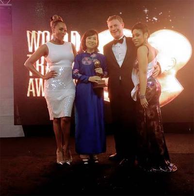 Phó Chủ tịch thứ Nhất Sun Group, Bà Nguyễn Thị Hương Lan, trong tà áo dài truyền thống, đã tham dự đêm Gala WTA 2014 và đại diện đơn vị InterContinental Danang Sun Peninsula Resort nhận giải thưởng cao quý