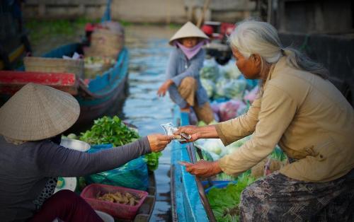 Với 10.000 – 20.000 đồng du khách sẽ được ngồi trên ghe dạo toàn cảnh khu chợ. Ảnh: Saigonphoto.