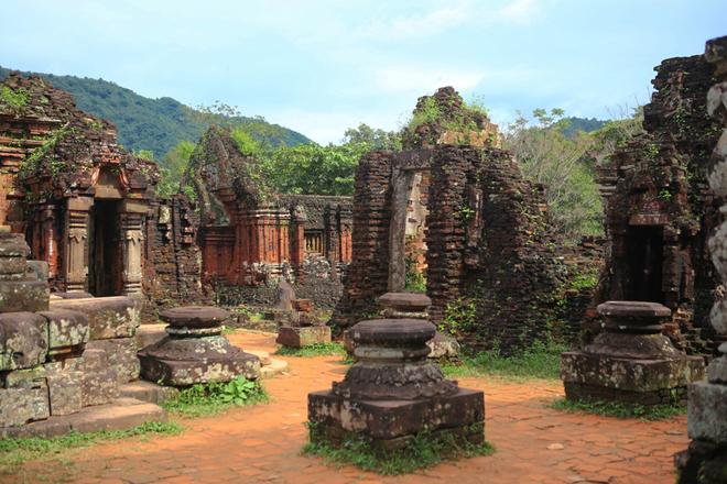 Kết cấu mỗi cụm gồm đền thờ chính, bao quanh là những ngôi tháp nhỏ hoặc công trình phụ. Trong đó đền chính tượng trưng cho núi Meru, trung tâm của vũ trụ, là nơi hội tụ của thần linh và thờ thần Siva. Tháp cổng nằm phía trước đền chính, có hai cửa thông nhau ở hướng đông và tây. Mandapa là ngôi nhà dài tiếp theo tháp cổng, dùng làm nơi đón tiếp khách hành hương, tiếp nhận lễ vật. Cạnh đền thờ chính là ngôi tháp có một hoặc hai phòng. Cửa ra vào ở hướng bắc, dùng làm nơi cất giữ các đồ tế lễ. Đền phụ thờ các vị thần trông coi hướng trời.
