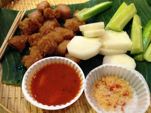 Nem chua rán là món lạ nhưng nhanh chóng chinh phục thói quen ẩm thực của người Sài Gòn. Ảnh: Foody