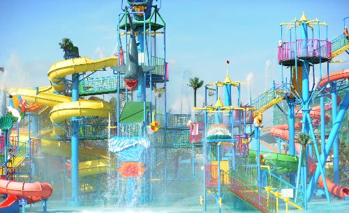 Công viên nước ngoài trời với rất nhiều trò chơi cảm giác mạnh.