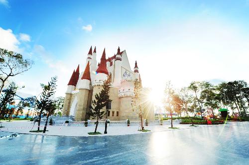 Vinpearl Land Phú Quốc còn là nơi vui chơi giải trí có diện tích 170.000m2 cùng nhiều hạng mục tham quan. Trong ảnh là lâu đài cổ tích nguy nga tráng lệ, thơ mộng.