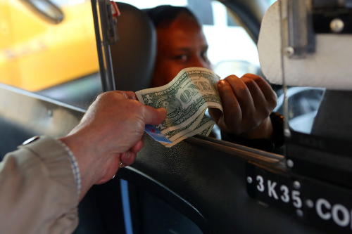 Tiền tip trung bình từ 10-15% hóa đơn. Ảnh: nytimes