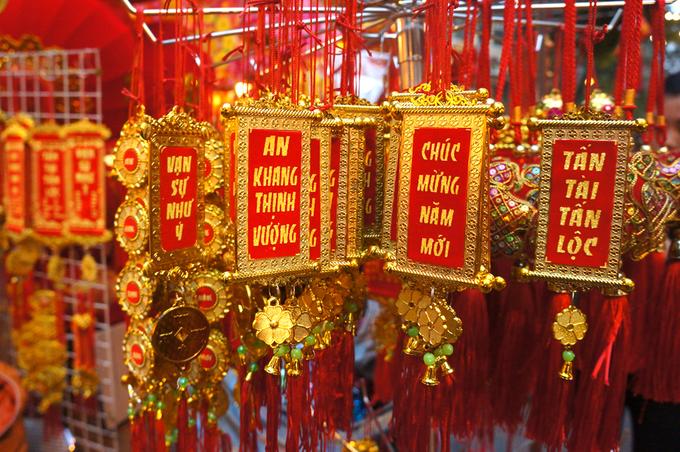 Những món đồ lưu niệm mang màu Tết Việt