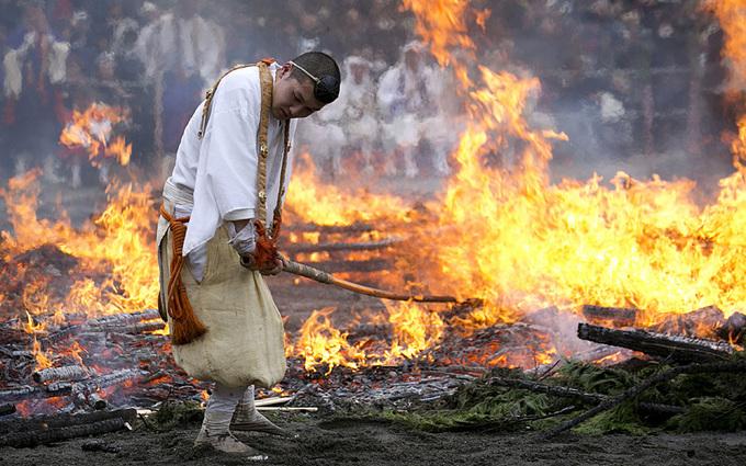 Lễ hội đi chân trần trên lửa ở Nhật