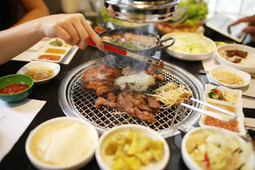 Đây được xem là thiên đường các món ăn Hàn với các món ăn đặc trưng truyền thống của xứ kim chi với mức giá khá hợp lý, dao động từ 168.000 - 250.000 đồng một người.