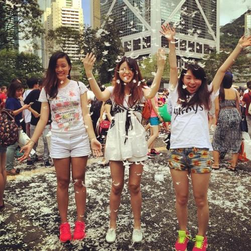 Tại Hong Kong, năm 2015 là lần thứ 5 diễn ra lễ hội ném gối. Sự kiện vừa tổ chức hôm 4/4 tại khu vườn Chater, quận trung tâm.  Ảnh: Instagram.
