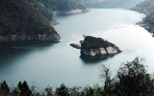 Khi mực nước lên cao, khoảng 175 m, đảo sẽ biến mất dưới làn nước. Ảnh: Oddi.