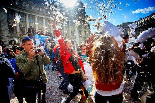 Tại Bucharest, Romania, hoạt động ném, đập gối đem lại nhiều niềm vui và hứng khởi cho mọi người. Ảnh: marioustudor.