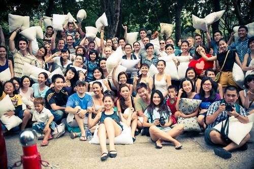 Tại TP HCM, nhiều bạn trẻ  và du khách nước ngoài cùng hào hứng tham gia ngày ném gối do Wake Up Saigon tổ chức ở công viên 23/9, Quận 1. Ảnh: Facebook.