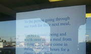 Thông điệp của nhà hàng gửi vị khách lục thùng rác