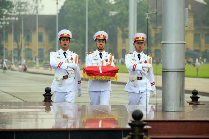 Nghi lễ thượng và hạ cờ trên quảng trường Ba Đình
