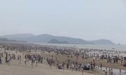 Biển Cửa Lò đông nghịt trong ngày nghỉ lễ
