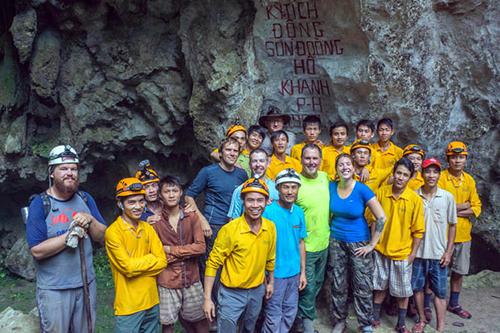 Đội vận chuyển và du khách chụp ảnh kỷ niệm trong một hành trình khám phá Sơn Đoòng. Ảnh: Oxalis.