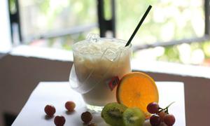 Trà sữa đựng trong xô và cà phê nhai luôn tách ở Sài Gòn