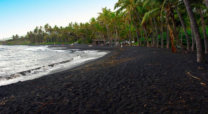 Những vùng biển có bờ cát đen trên thế giới