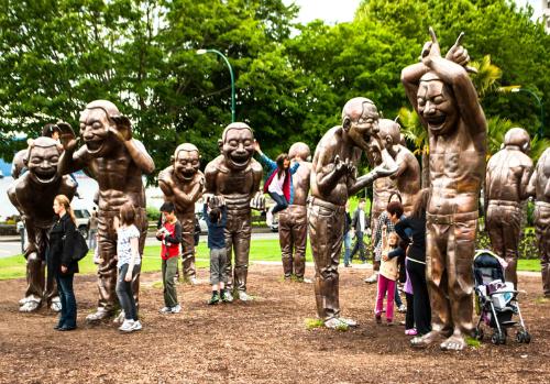 Nhiều du khách và trẻ em đến công viên Morton để chụp hình với các bức tượng. Ảnh: vancouverbiennale