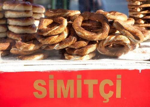 : Bánh Simit là một loại thức ăn bình dân của Thổ Nhĩ Kỳ. Hình dạng của Simit như một chiếc bánh vòng thông thường, nhưng có thêm lớp vỏ giòn vàng rắc hạt vừng bên ngoài. Người Thổ Nhĩ Kì ăn nó vào bất cứ lúc nào trong ngày như quà vặt, thường ăn bánh kèm theo một cốc sữa chua. Vì có chứa hàm lượng hạt vừng khá lớn nên bánh Simit chứa nhiều đạm và dễ no nhanh. Thời điểm thích hợp để ăn loại bánh này là vào bữa sáng, khi uống trà hay cà phê. Đến Thổ Nhĩ Kỳ, ta có thể dễ dàng nhìn thấy những sạp bánh Simit được bày bán trên đường phố.