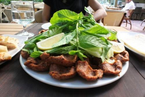 ÇIĞ KÖFTE là một trong những món thịt sống ngon nhất trên thế giới với vị cay xé lưỡi bởi lớp bột ớt phủ bên ngoài, tạo nên sự khác biệt so với các món ăn khác. Món thịt sống này thường được ăn kèm với bánh mì dẹt, salad, tinh dầu hạt lựu và nước sốt cay.