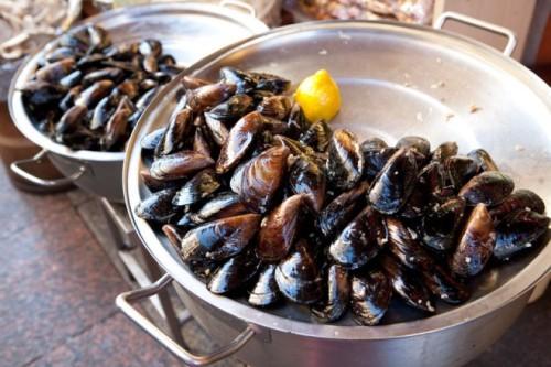 Midye Domasi là một món ăn giải rượu nổi tiếng của người Thổ Nhĩ Kì, là những con ngao được nhồi hỗn hợp gạo thơm cay. Tại các nhà hàng ở quốc gia này, họ sẽ không ngừng mang món ăn này ra đến khi bạn nói dừng và chủ quán sẽ tính tiền bằng cách đếm vỏ ngao.