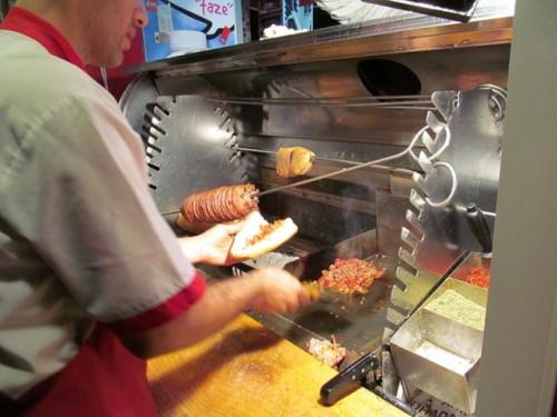 KOKOREÇ là đặc sản ruột già cừu nướng được bày bán ở khắp quảng trường Taksim, Istanbul. ruột già sau khi nướng sẽ được băm nhỏ, trộn với gia vị cay, ăn kèm với bánh mì và salad.