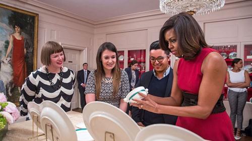1. Đệ nhất phu nhân cho ra mắt những đĩa mới cho bộ sưu tập gốm Trung Hoa. Bộ đĩa sứ mới của vợ chồng Tổng thống Obama gồm 11 chiếc đơn giản, tinh tế được trưng bày cùng bộ sưu tập gốm Trung Hoa của những người tiền nhiệm. Bà Obama còn đùa rằng màu sơn móng tay của mình hoàn toàn hợp với màu xanh Kailua viền trên bộ đĩa mới.