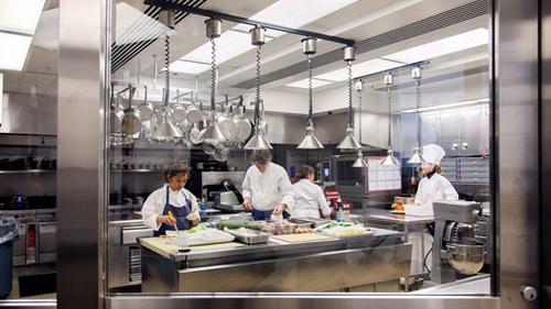 2. Điểm đầu tiên trong chuyến tham quan Nhà Trắng là nhà bếp. Đây là một căn phòng nhỏ xíu như một căn hộ điển hình của New York, với toàn bộ nội thất làm bằng kim loại sáng bóng. Bếp trưởng Cris Comerford đang bàn bạc sôi nổi với Susie Morrison, đầu bếp chuyên về những món tráng miệng mới được bổ nhiệm. Khi ấy họ đang chuẩn bị cho bữa quốc tiệc tiếp Thủ tướng Nhật Bản, với 210 khách tham dự.