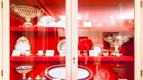 4. China Room là nơi trưng bày bộ sưu tập đồ gốm sứ của Đệ nhất phu nhân. Chiếc tủ kính trang trọng bày những bộ đĩa sứ của các đời Phu nhân tổng thống tiền nhiệm, cho thấy sự thay đổi gu thẩm mỹ qua từng thời kì.