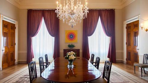 5. Phòng ăn gia đình là nơi từng nhận được nhiều sự quan tâm của giới báo chí vào đầu năm nay khi Đệ nhất phu nhân và Ủy ban Bảo tồn Nhà Trắng quyết định trang trí lại nội thất, treo thêm những tác phẩm của nhiều họa sĩ hiện đại nổi tiếng.