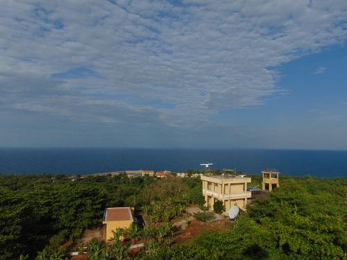 Quang cảnh biển đảo Cồn Cỏ nhìn từ ngọn hải đăng.