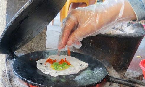 Bánh ép - món vặt ăn bên dòng sông Hương