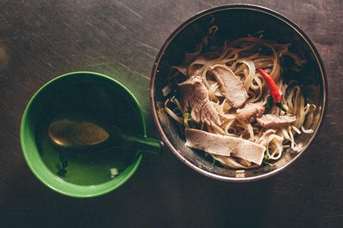 Sợi mềm dai cùng vài lát thịt, thêm hành lá, giá và chén nước lèo đã làm nên món ăn giản đơn mà đặc biệt. Ảnh: Liêu Lãm
